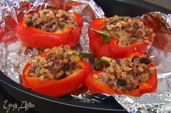 Влить в форму немного кипятка и запекать перец в разогретой духовке 15‒20 минут.