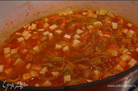 Залить овощи горячей водой так, чтобы они были полностью покрыты, посолить, поперчить, добавить лавровый лист и веточку розмарина. Варить суп под крышкой на медленном огне до готовности овощей.