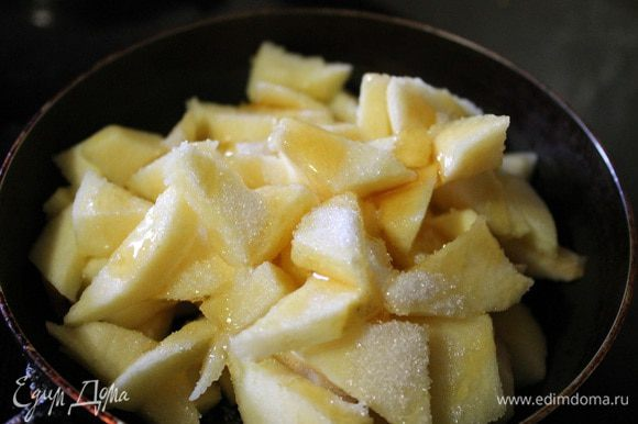 Яблоки порезать небольшими ломтиками, сложить в сковороду, добавить мед и сахар. Тушить до испарения жидкости, аккуратно перемешивая, в конце добавить корицу.