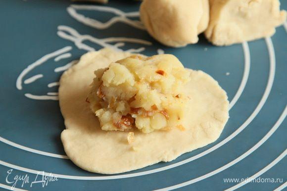 Скалкой раскатываем тонкие лепешки, выкладываем начинку.