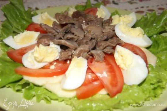 Яйца отварить, порезать дольками, выложить в салат.