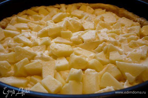 Выложим остальные яблоки. Сверху распределим остальную заливку. Смешаем ванилин с сахаром.