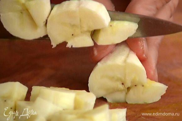 Банан почистить и нарезать небольшими кусочками.