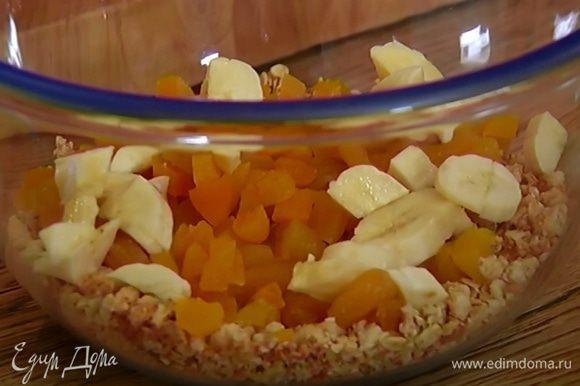 Мюсли соединить с курагой и бананом, добавить муку, разрыхлитель, соль и все перемешать.