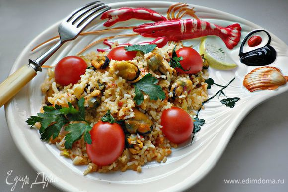 Раскладываем по тарелкам, украшаем половинками помидорок черри и веточками петрушки. Угощайтесь! Очень вкусно!!!