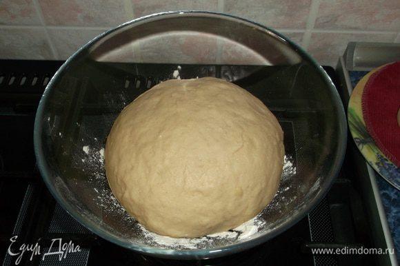 В 200 мл молока комнатной температуры развести дрожжи. Масло сливочное растопить и остудить. Муку просеять с 1 пакетиком ванилина, добавить щепотку соли и 80 гр сахара. Все смешать и замесить мягкое тесто. Убрать в теплое место до увеличения в два раза.