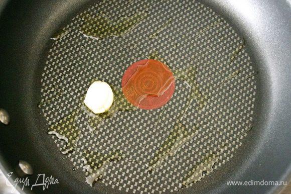 """Начнем с приготовления традиционного французского песочного теста (Pasta Brisée). Думаю, что многие знакомы с этим тестом, и знают, какое оно приятное и легкое в работе! Я достаточно часто прибегаю к нему в своих рецептах... Особенно при изготовлении несладких открытых пирогов. Для начала, приготовим """"зеленое"""" тесто на шпинате. В сковороде разогреть оливковое масло и положить зубчик чеснока."""