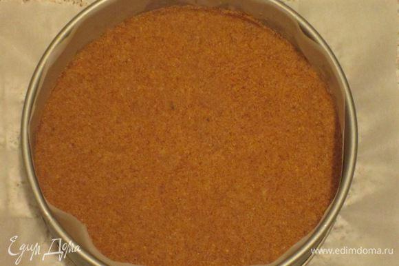 Основа: Сливочное масло растопить и остудить. Печенье искрошить и смешать со сливочным маслом и сахаром. Песочную основу выложить на дно выстланной пергаментом формы и поместить в холодильник.