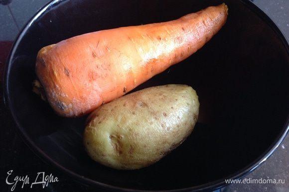 Картофель и морковь тоже нужно сварить, я делала это в микроволновке: 6 минут полная мощность. Затем овощи почистите.