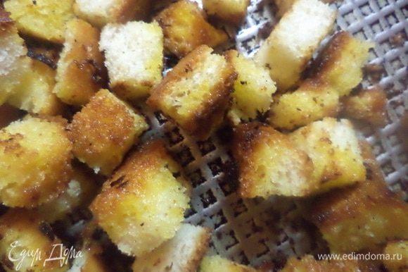 Пока суп настаивается, порезать батон кубиками. В сковороде разогреть оставшееся растительное масло и обжарить хлебные кубики до румяной корочки.