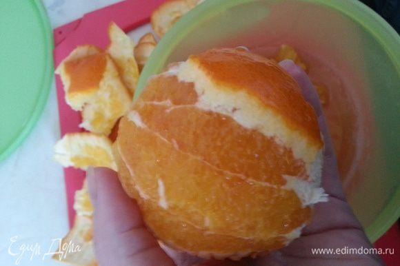 Апельсин очищаем, делаем это над чашей для сбора сока...
