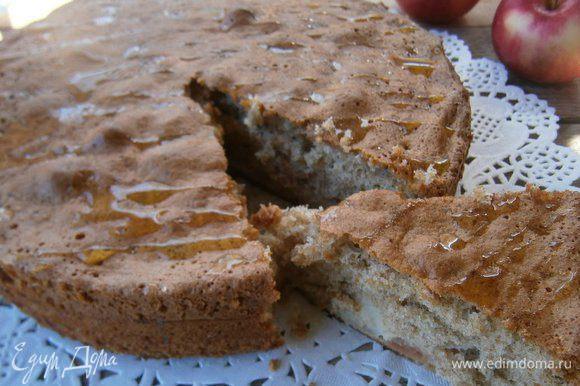 Перед подачей полить пирог жидким мёдом.