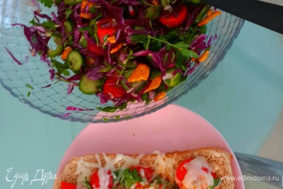 Приятного аппетита!!!! Я думаю, что ланч или ужин как раз такой бутерброд с салатом в самый раз. Главное чтоб фигура сохранялась после еды)))