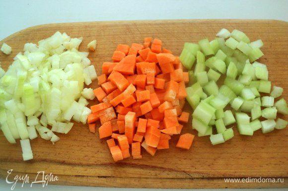 Морковь, лук и сельдерей почистить и помыть. Морковь нарезать кубиками, лук измельчить, а стебли сельдерея мелко нарезать.