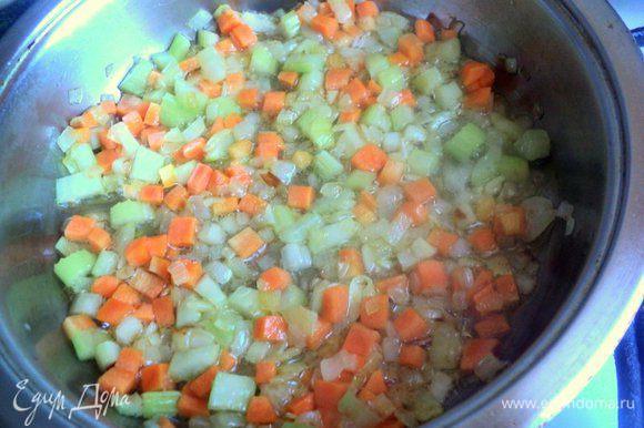 Подготовленные овощи обжарить с добавлением растительного масла, около 5-7 минут.