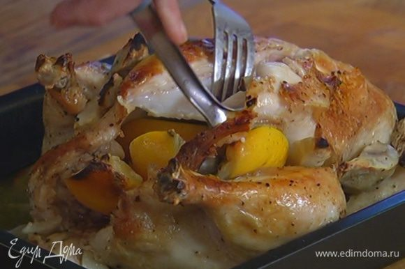 Запеченную курицу разделать на кусочки и добавить к плову, сверху выложить дольки лимона.