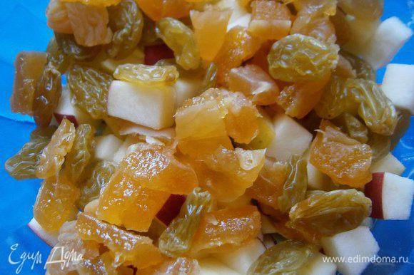 Изюм и сушеный персик промыть, обсушить. Персик нарезать кубиками и добавить вместе с изюмом к яблокам, перемешать.