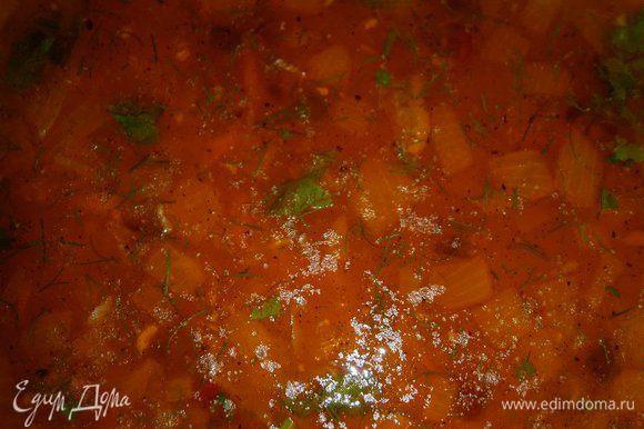 Суп посолить, поперчить по вкусу, добавить молотый кориандр, измельчённый чеснок и зелень. Перемешать и выключить. Дать настояться супу 10 - 15 минут.