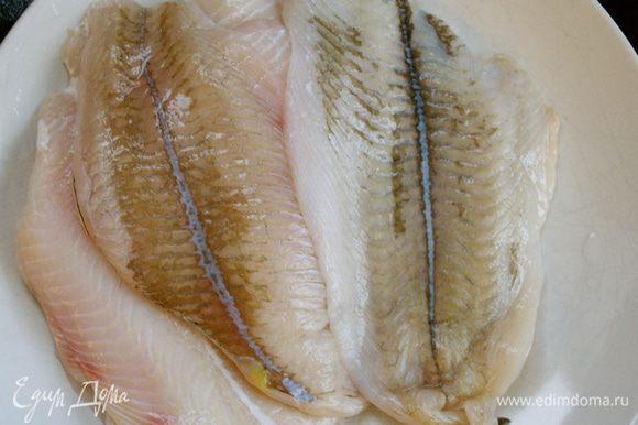 Подготовить рыбное филе... Слегка посолить и поперчить.