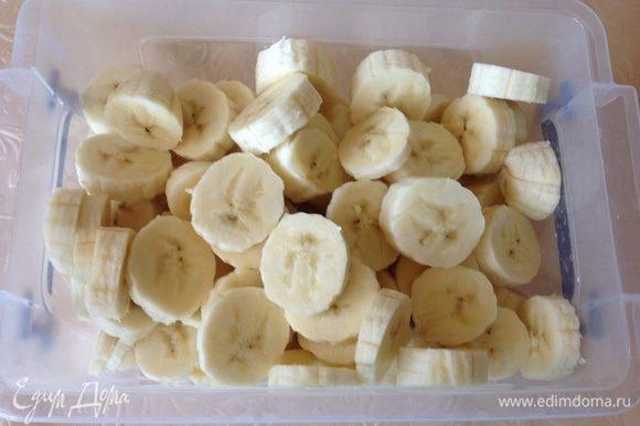 Сначала приготовим мороженное: бананы нарежьте, положите в контейнер и поставьте в холодильник.
