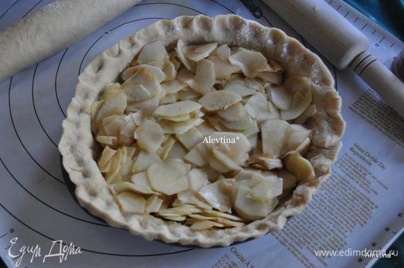 Достанем из холодильника форму с тестом. Выложим яблоки с корицей ,и сахаром, распределим по форме.