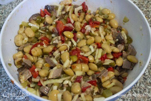 Все ингредиенты вместе с фасолью кладем в глубокую миску, солим по вкусу и заправляем растительным или оливковым маслом, кому как нравится.