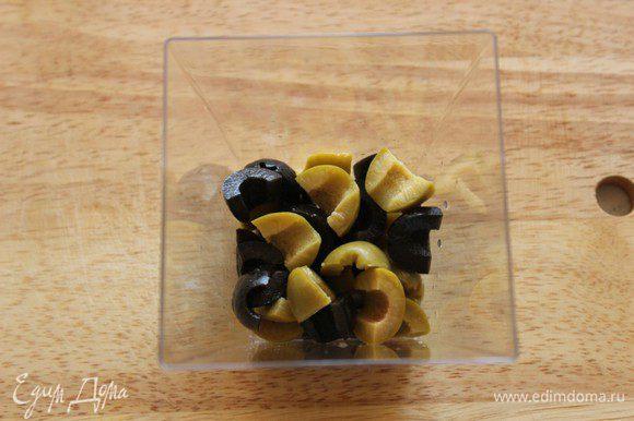 На дно стакана положить оливки и маслины.