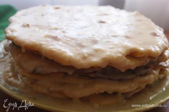 Собрать торт, не жалея крема, придавить тарелкой и отправить в холодильник минимум на 5 часов. Один корж (самы кривой) измельчить для посыпки.