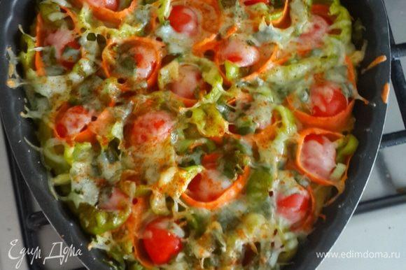 Вынимаем из духовки и посыпаем любимыми специями и не жалеем. Пицца должна быть пряной. В следующий раз я сделаю еще более пикантнее.