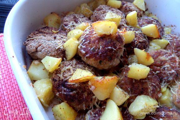 Сочные котлетки с румяной картошечкой готовы!