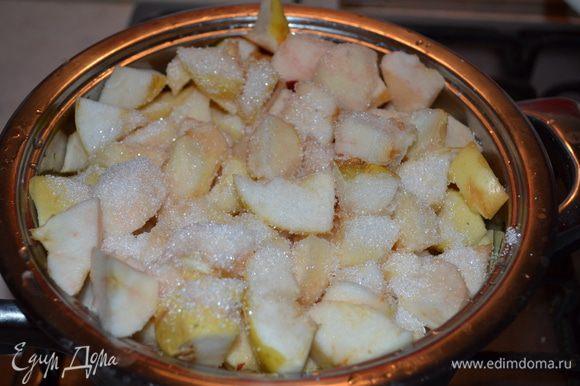 Готовим яблочную начинку. Яблоки очищаем от кожуры и семечек, режем на небольшие кубики. Добавляем сахар и провариваем до размягчения яблок. В горячие яблоки добавляем манную крупу и хорошо размешиваем. Оставляем начинку охлаждаться.
