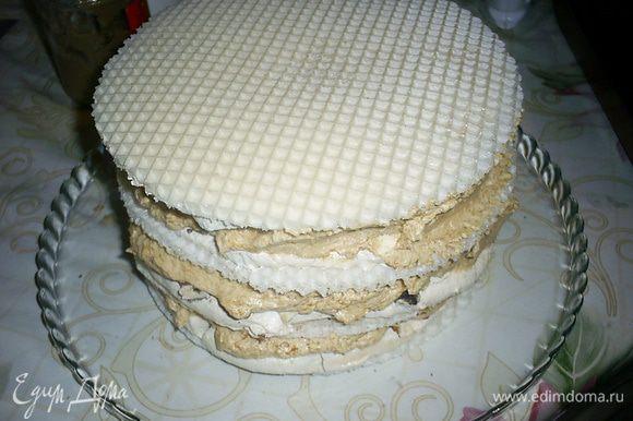 Переслаиваем кремом готовые коржи. Все, кроме верхнего, кладем орехами вверх. Последний корж кладем орехами вниз, чтоб обеспечить ровную поверхность. Ставим торт в холодильник, а сами займемся белковым кремом.