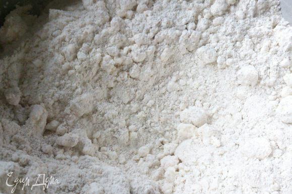 В миску просеять оба вида муки, соль, добавить творог. Хорошо перемешать.