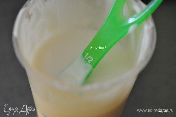 Приготовим глазурь. Перемешаем сахарную пудру с молоком. Если вам нравится жидкая, добавьте молока.