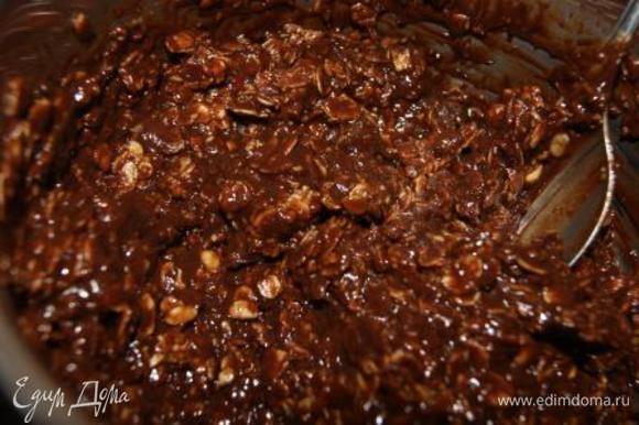 В шоколадно-арахисовую смесь добавть овсяные хлопия, тщательно перемешать.