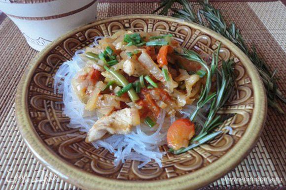 Дать стечь воде, затем мелко нарезать и соединить с мясом. Заправить мелко нарезанным чесноком (2 зубчика), мелко нарезанным джусаем, яблочным уксусом, соевым соусом. Подается в охлажденном виде.