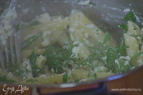 В горячие макароны добавить творожный соус, руколу, влить 2 ст. ложки воды, в которой варились макароны, и все перемешать.