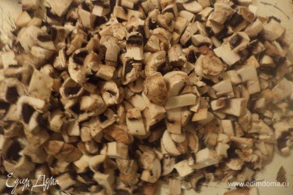Сначала готовим грибную начинку. Шампиньоны нарезать небольшими кубиками. Репчатый лук очистить и мелко порубить.