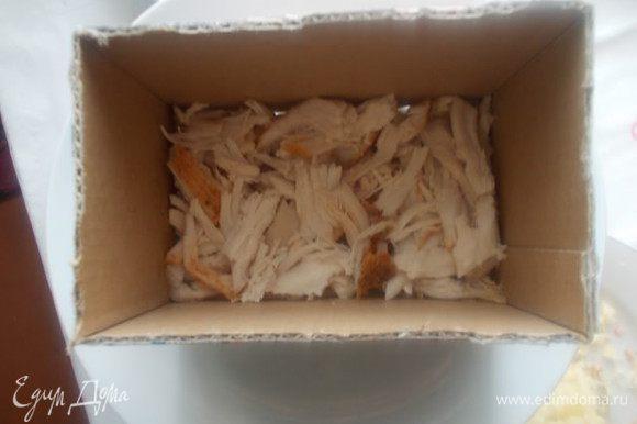 На плоской тарелке выкладываем наш салат. Первый слой куриный. Смазываем его майонезом с чесноком и укропом.