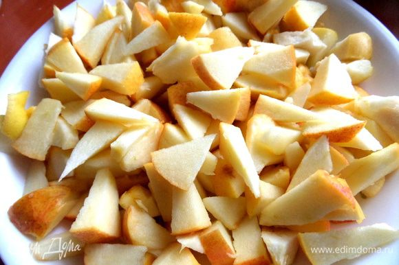 Яблоки без сердцевины режем на кусочки.