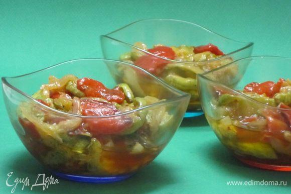 Остывшие овощи перемешать, посолить, поперчить, добавить тертый чеснок.