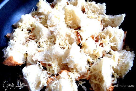 Сбрызнуть хлеб маслом и посыпать сыром.