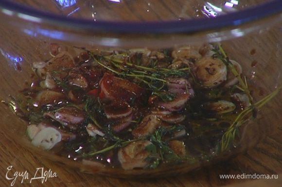 Добавить копченую паприку, веточки тимьяна, влить оливковое масло и уксус, посолить, поперчить.