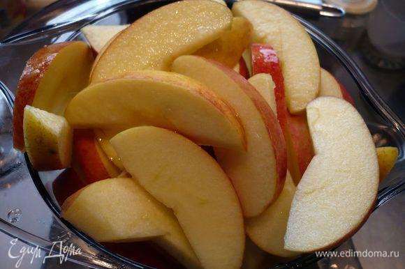 Разогреваем духовку до 180 градусов. Яблоки режем на четвертинки, удаляем сердцевину и режем на тонкие ломтики.