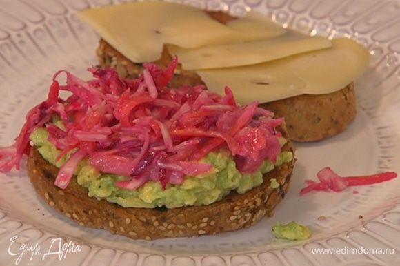 На кусок хлеба выложить размятый авокадо и заправленные овощи, сверху разложить кусочки сыра, накрыть вторым куском хлеба и сбрызнуть оливковым маслом Extra Virgin.