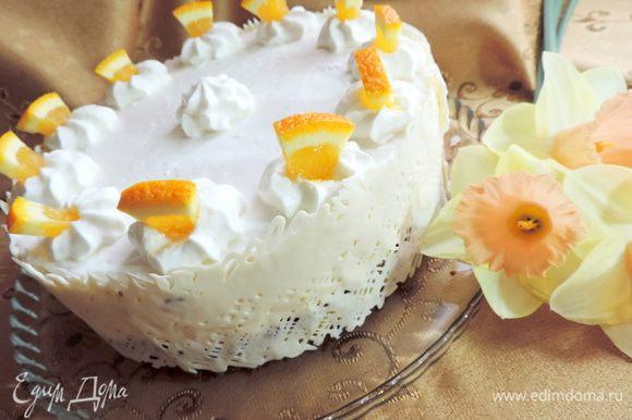 """В форму с бисквитной заготовкой выливаем подготовленный мусс. Отправляем торт в холодильник. Там он пробудет до полного застывания мусса. У меня простоял до утра. Утром торт вынимаем из формы. Можно оставить его как он есть и не украшать. А можно немного приукрасить))) Я взбила сливки с сахарной пудрой и загустителем. Обратите внимание, что у меня пакет загустителя был рассчитан на 200 мл сливок. Смотрите внимательно, дозировка может быть разной! С помощью кондитерского мешка и насадки """"звездочка"""" я отсадила цветочки, в которые перед подачей воткнула кусочки апельсина. Бока торта украсила лентой из белого шоколада."""
