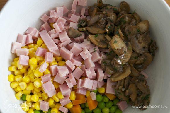 Ветчину нарезать мелким кубиком. Добавить к овощной смеси.