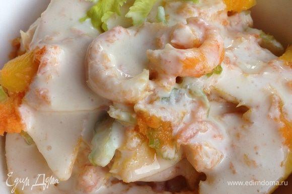 Все ингредиенты соединить, посолить, поперчить по вкусу, полить соусом и подавать!!! Приятного аппетита!