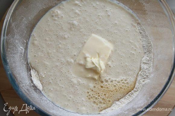 Соединить муку, опару, яйца с сахаром, соль и масло.