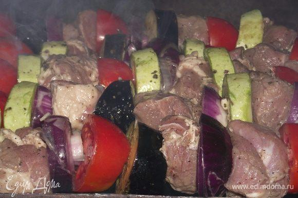 Имеет значение и то, как вы будете насаживать мясо на шампуры. Главное – не делать из него гармошку, кусок достаточно проткнуть всего в двух местах вдоль так, чтобы мясо не свисало и не болталось. Между ним колечко лука, томаты, баклажаны, кабачки. Отправляем на мангал и не оставляем без присмотра.